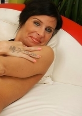 Hot naughty MILF pleasing her wet pussy