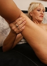 clit licking mature slut doing a younger girl